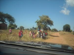 kinderen langs de weg